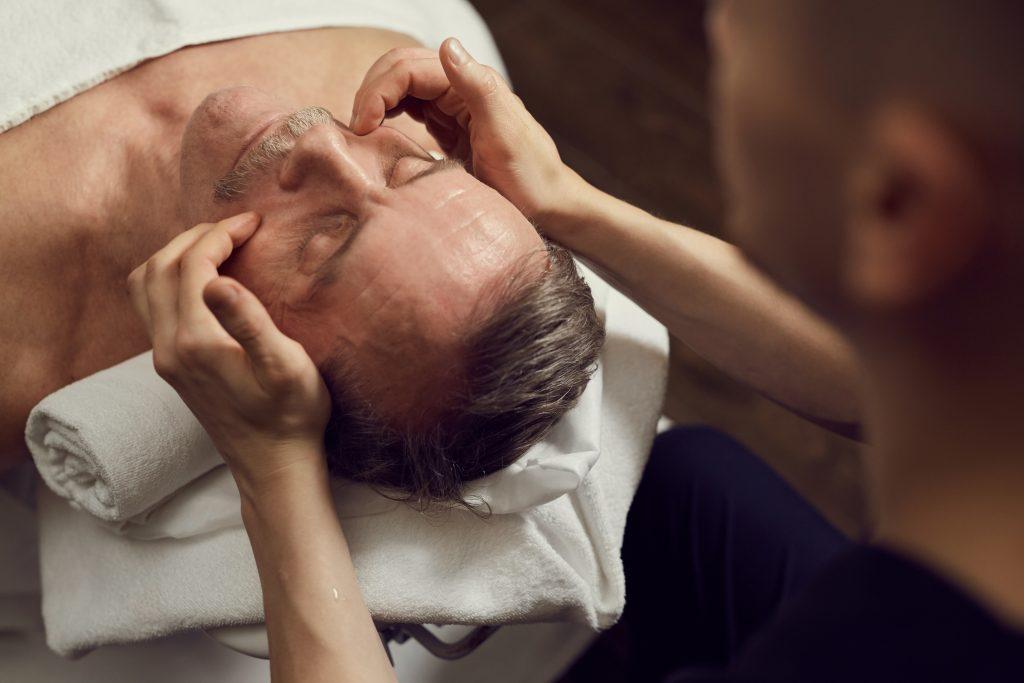 Homme qui se fait masser le crâne